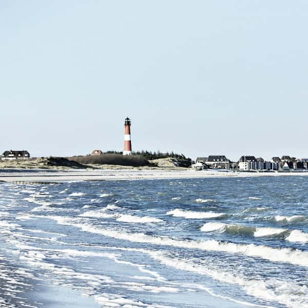 Winter am Strand mit Leuchtturm